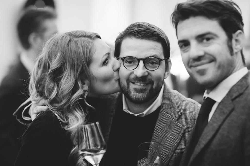 Gli invitati si divertono in posa per alcuni scatti con Alessandro Della Savia, fotografo di eventi
