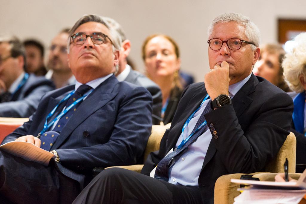 Lo sguardo attento di due conferenzieri durante il Convegno per l'Antitrust presso Treviso