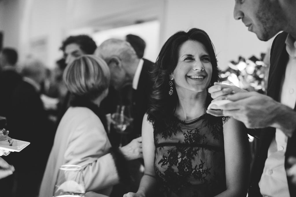 Una partecipante alla festa si rallegra in compagnia di un amico