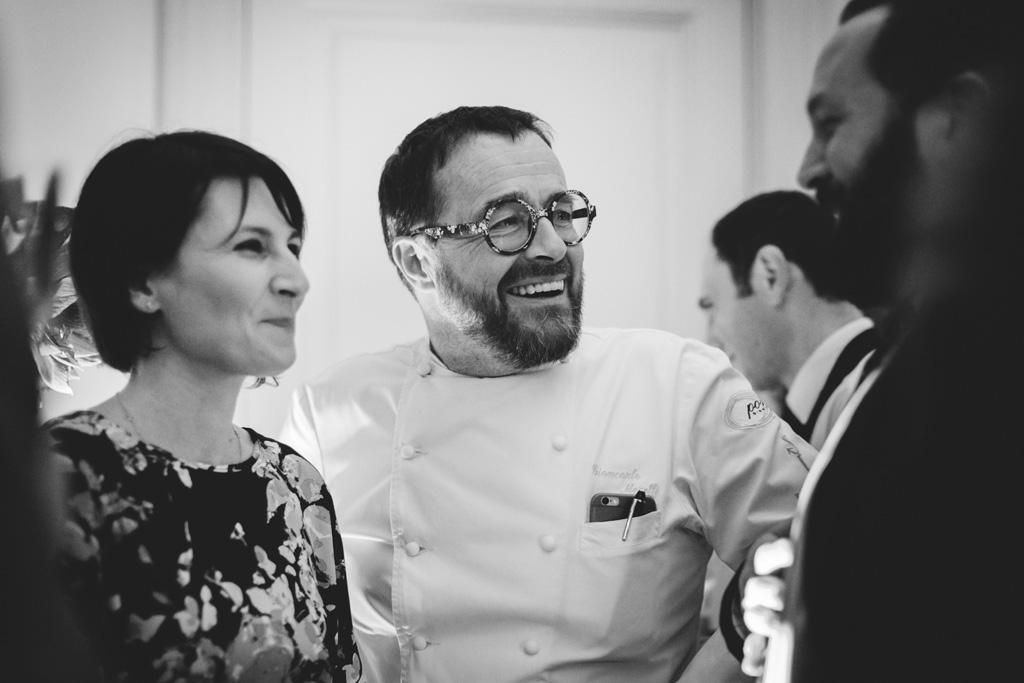Il cuoco Gian Carlo Morelli scherza con gli invitati durante la festa d'inaugurazione