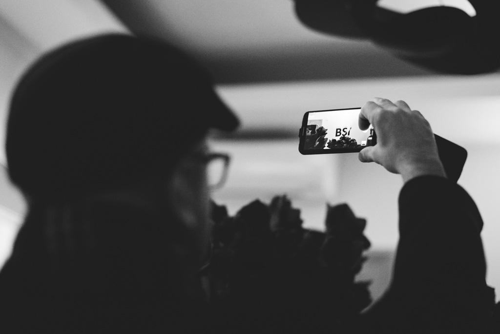 Una partecipante scatta una foto con il cellulare durante la festa