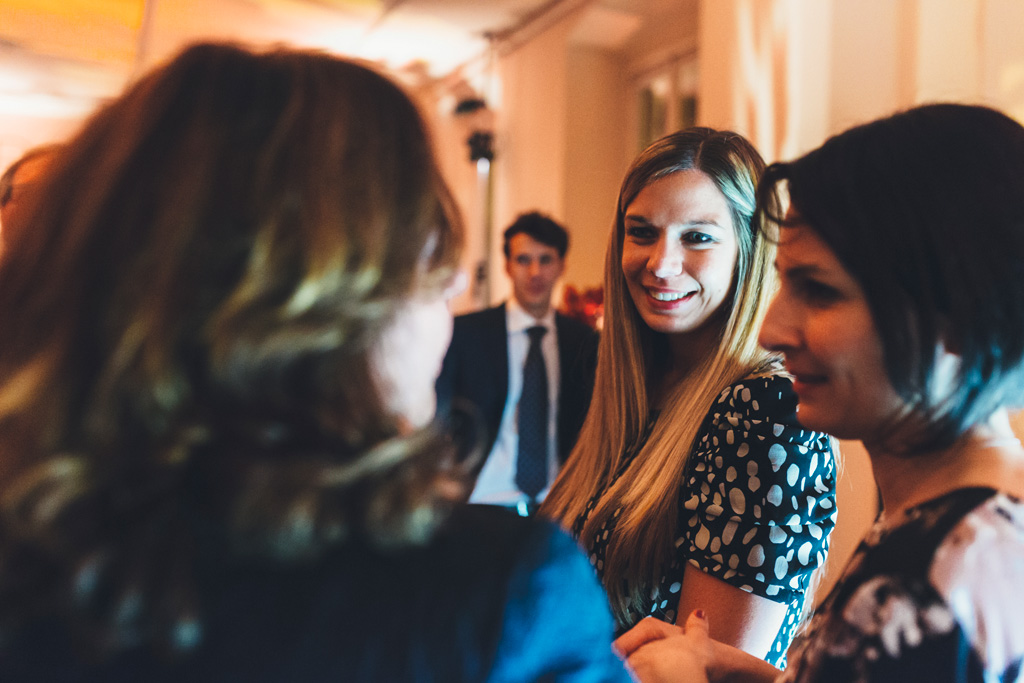 Un'invitata ha un sorriso raggiante davanti ai suoi amici