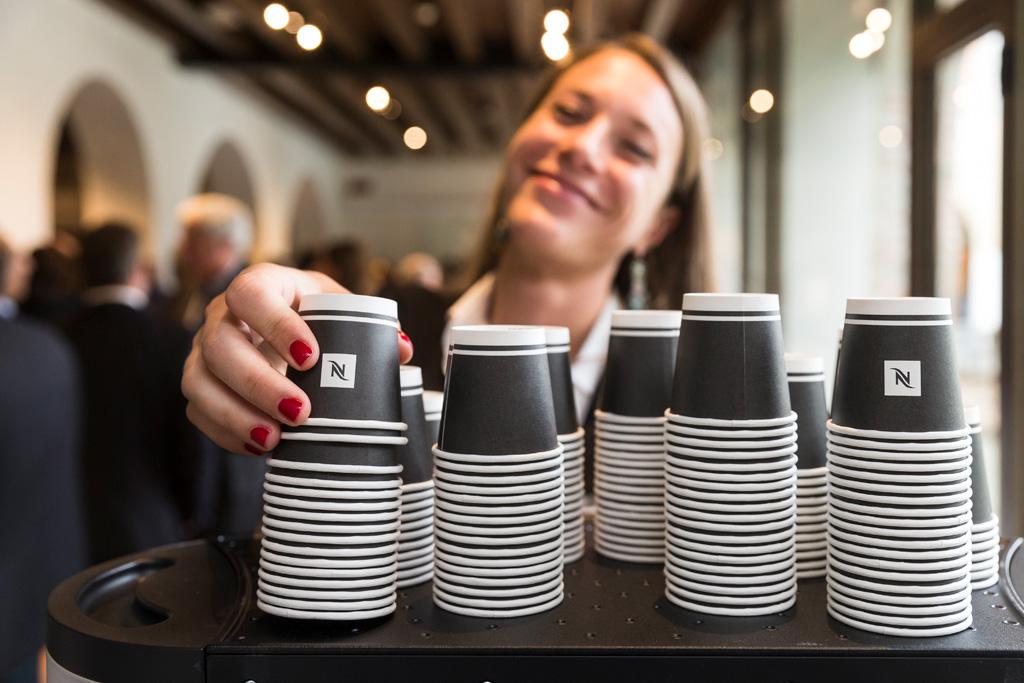Un'invitata si prepara un caffè