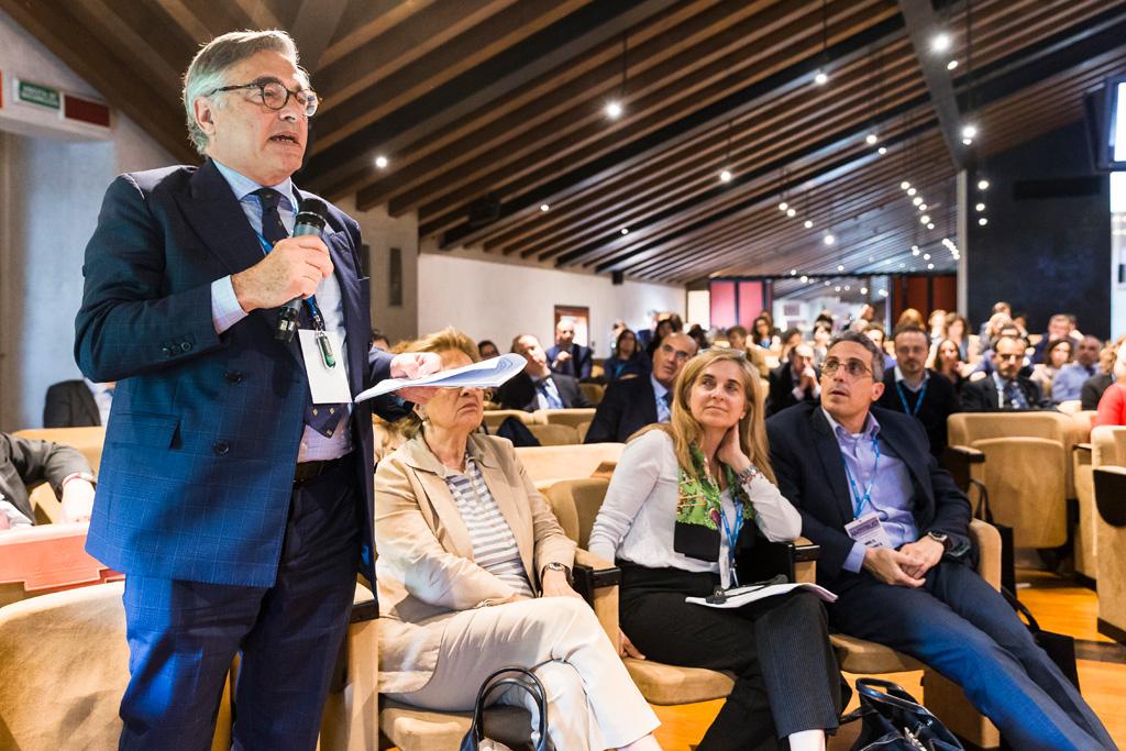 L'avvocato Enrico Raffaelli espone alcune questioni durante la conferenza per l'Antitrust