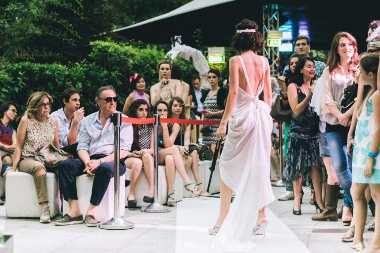 Il pubblico ammira la bellezza del vestito della modella Just Cavalli durante l'evento organizzato da Sabrina Gambato