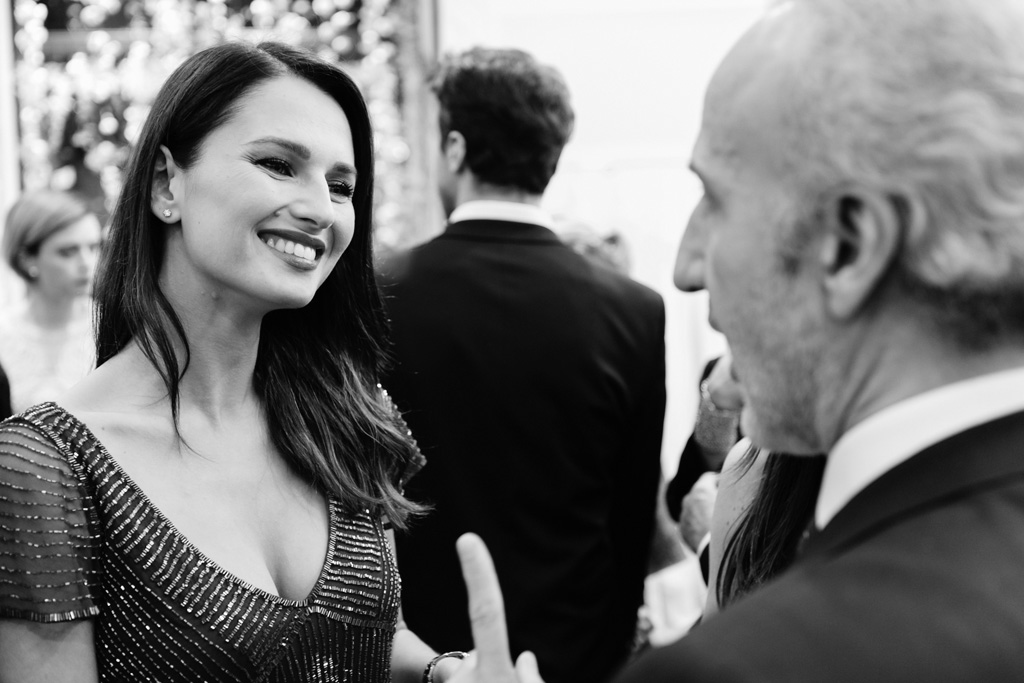 L'attrice Anna Safroncik sorride in compagnia di un invitato