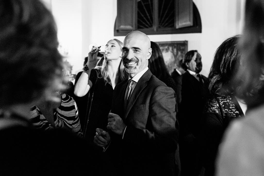 Un invitato sorride durante una bella serata
