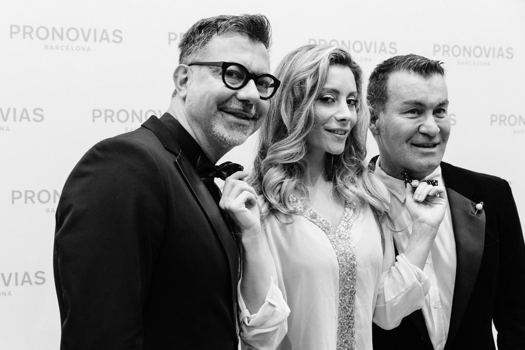 Un'invitata posa in compagnia di due amici ripresi in posa dal fotografo Alessandro Della Savia