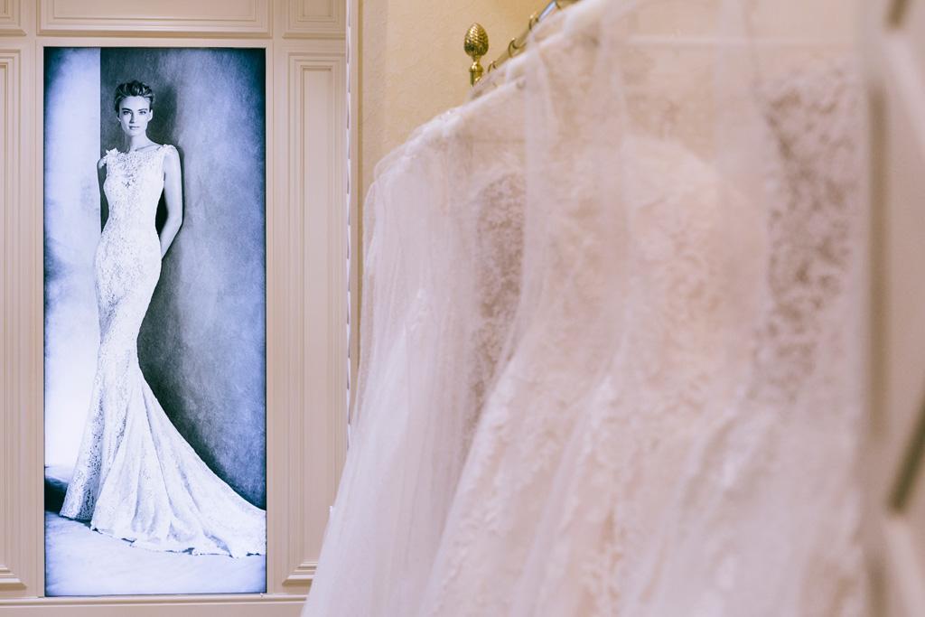 Una splendida fotografia di una modella che indossa un vestito Pronovias nel negozio presso Roma