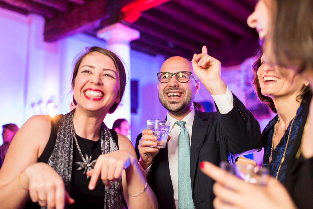 Gli invitati si lanciano andare in balli impazziti