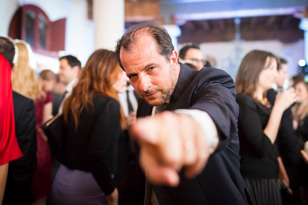 Un invitato scherza con il fotografo Alessandro Della Savia