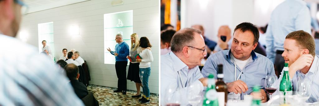 Due imprenditori enunciano un discorso di conclusione alla fine della cena aziendale documentata da Alessandro Della Savia