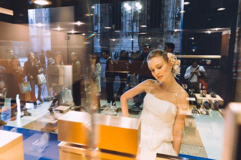 Una modella è ritratta dal fotografo Alessandro Della Savia