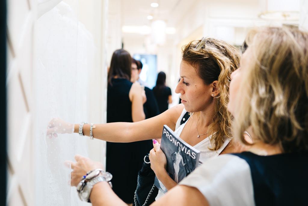 Alcuni clienti testano la qualità degli abiti Pronovias