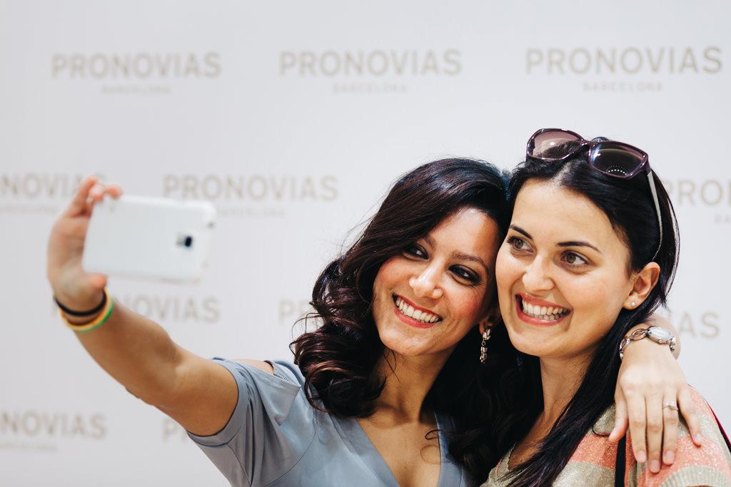 Due clienti si scattano un selfie all'interno del nuovo negozio Pronovias