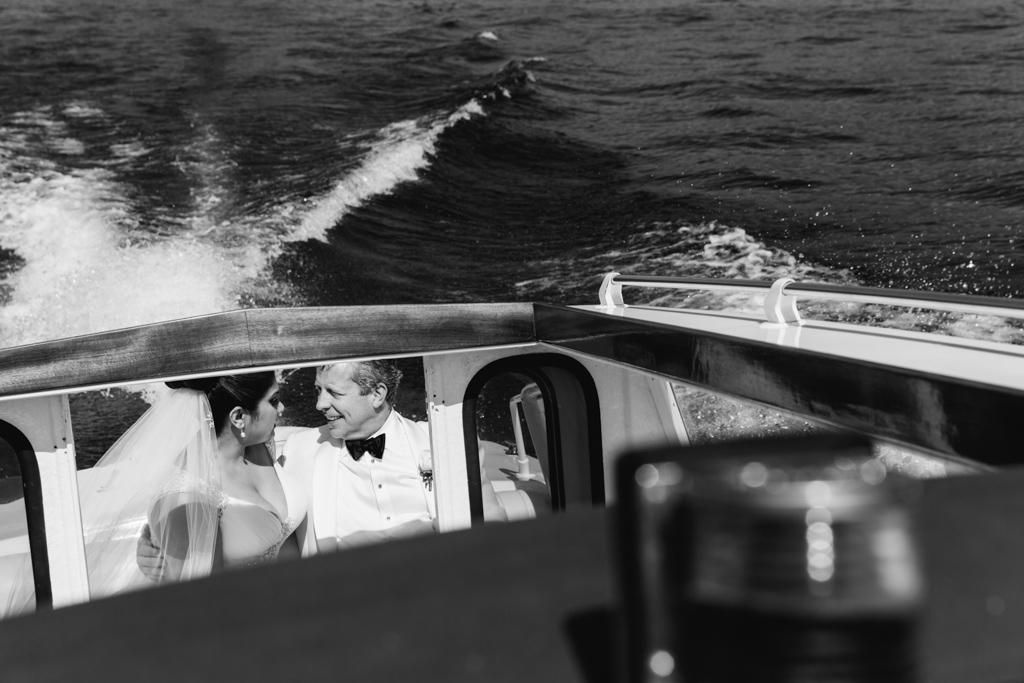 I due sposi chiacchierano sul Lago di Como immortalati dal fotografo Alessandro Della Savia