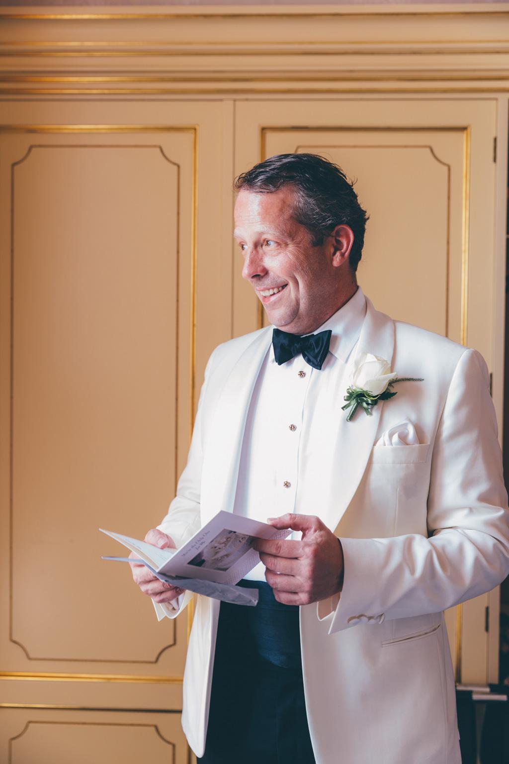 Il sorriso euforico dello sposo William fotografato da Della Savia, fotografo di Milano