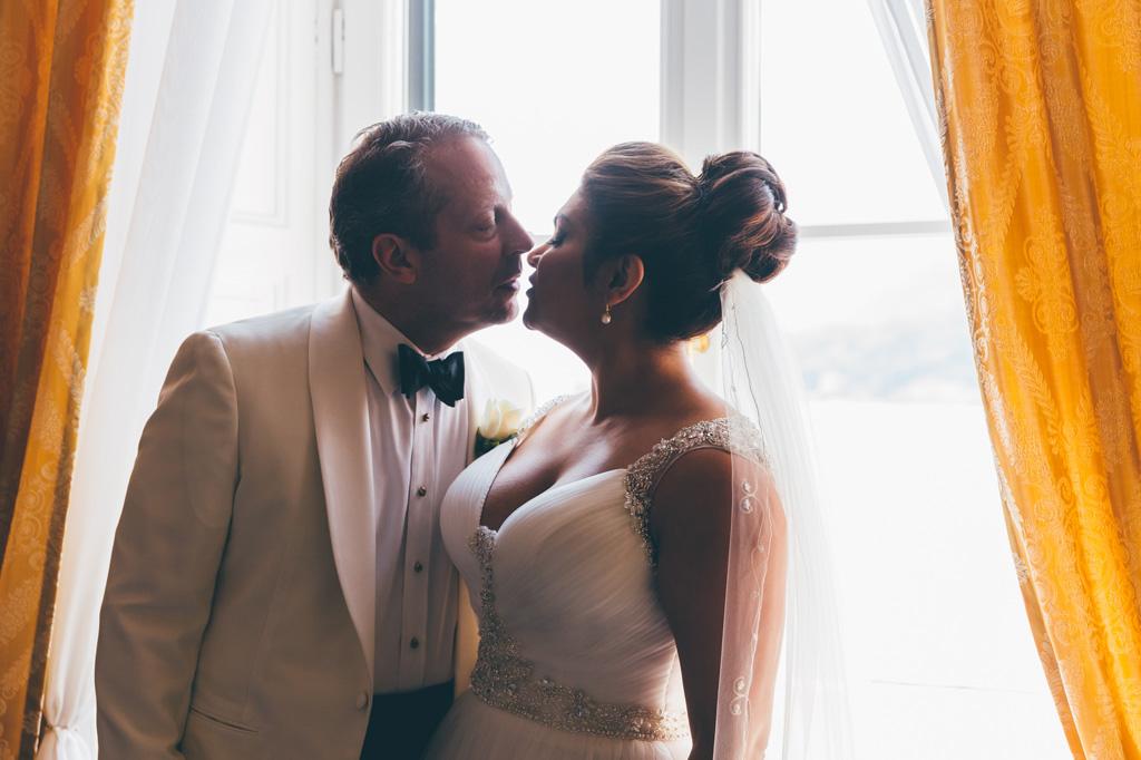 Un bacio speciale per gli sposi William e Tara prima della cerimonia di matrimonio