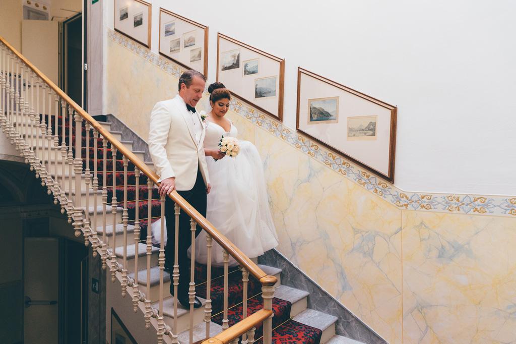 Gli sposi, William e Tara, scendono le scale