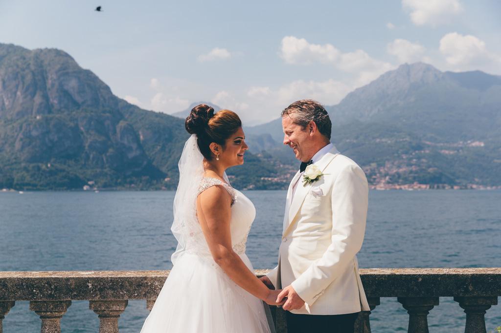 William e Tara si osservano davanti allo scenario del Lago di Como