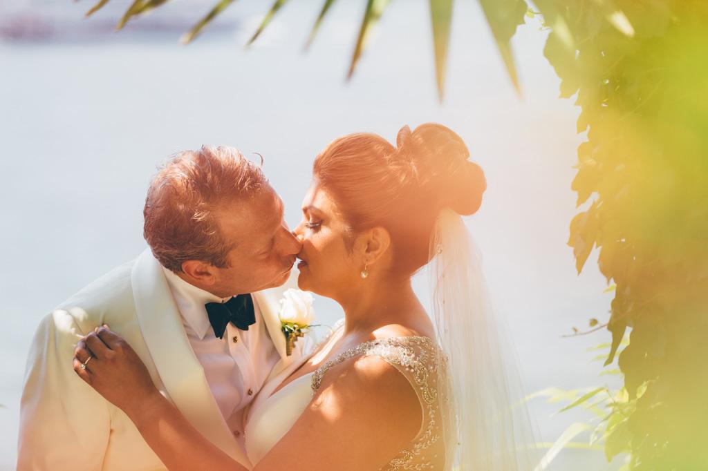 Gli sposi, William e Tara si baciano dolcemente
