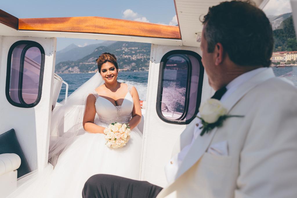 William e Tara viaggiano in barca sul Lago di Como