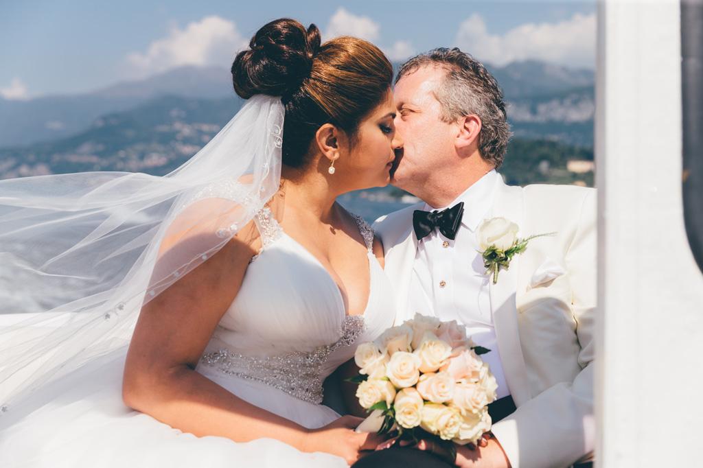 William e Tara si baciano durante una splendida giornata di sole