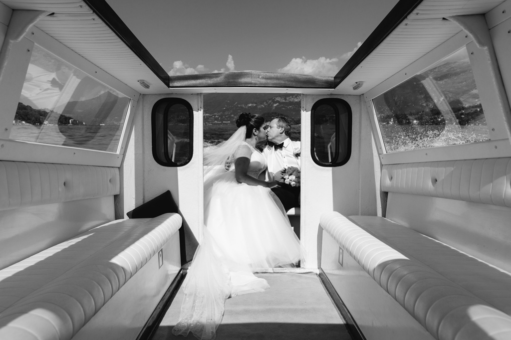 Il bacio degli sposi, William e Tara, in barca