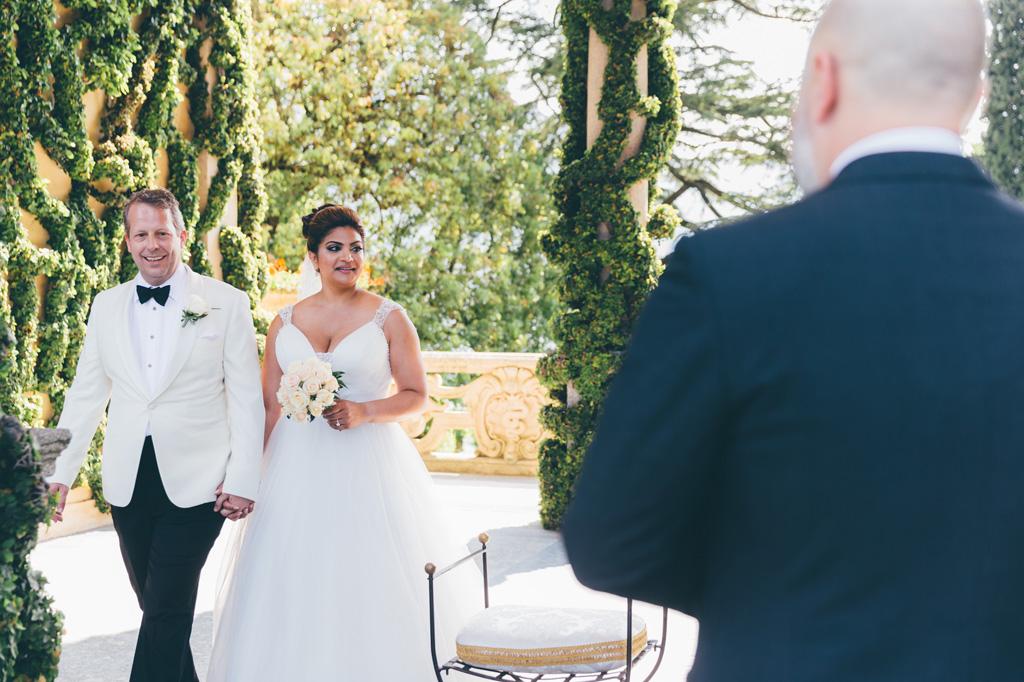 I due sposi incrociano lo sguardo di un ufficiale di stato