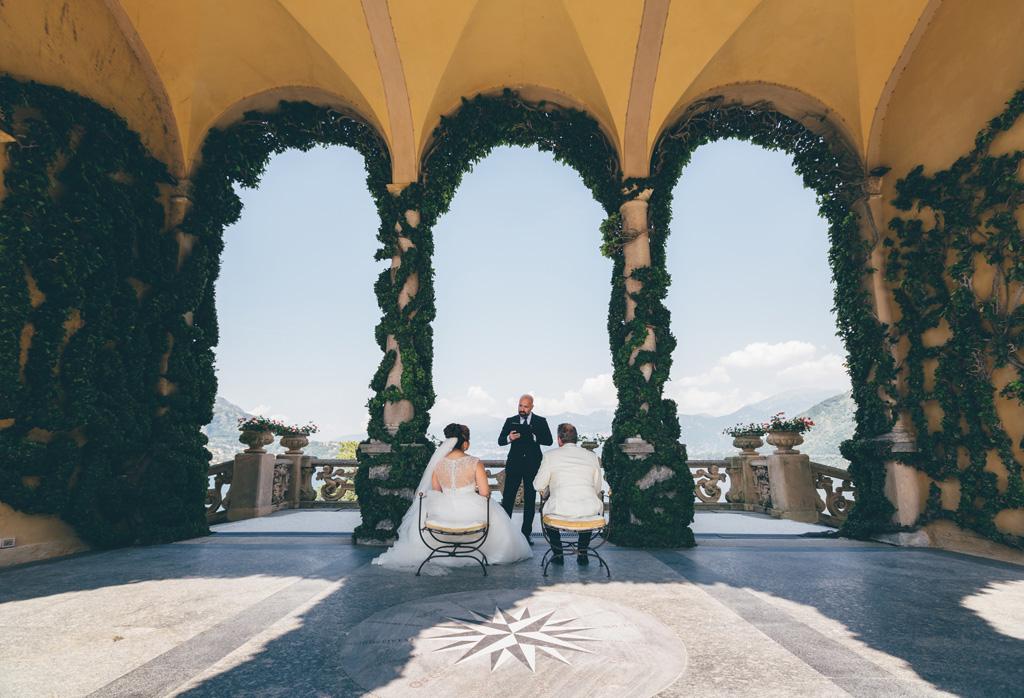 La cerimonia del matrimonio è iniziata e l'ufficiale enuncia le promesse agli sposi
