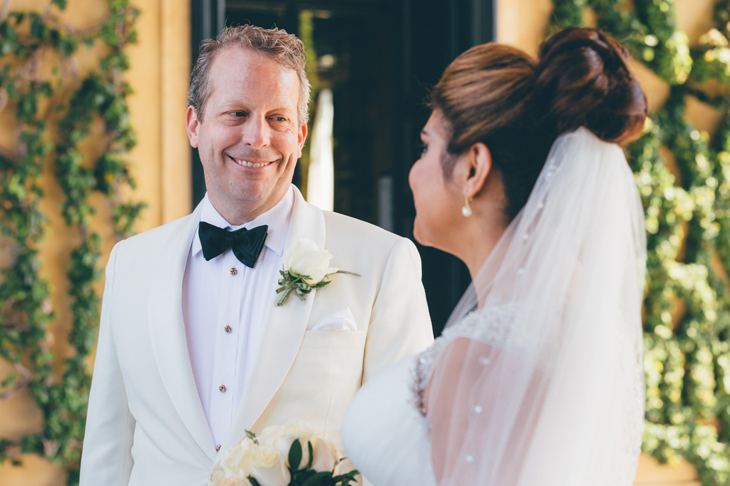 Wiliiam guarda rassicurante la sposa durante la cerimonia di matrimonio