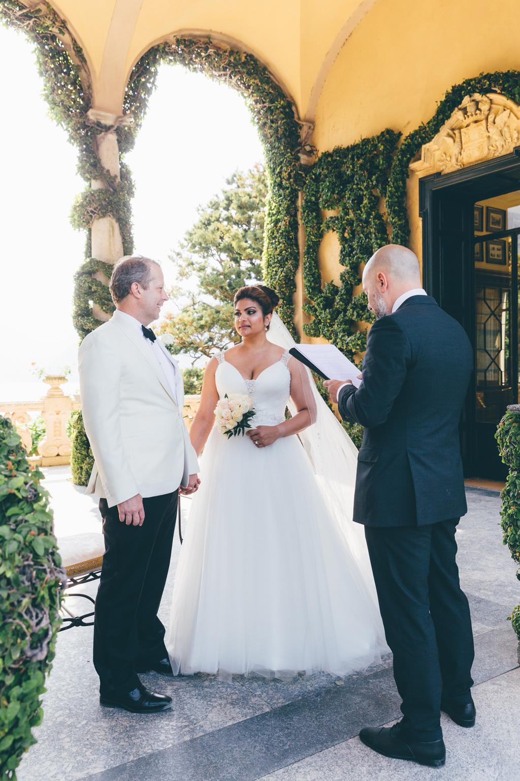 I due sposi, William e Tara, si contemplano mano nella mano presso Villa del Balbaniello
