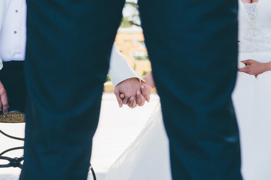 I due sposi si stringono le mani finalmente uniti in matrimonio
