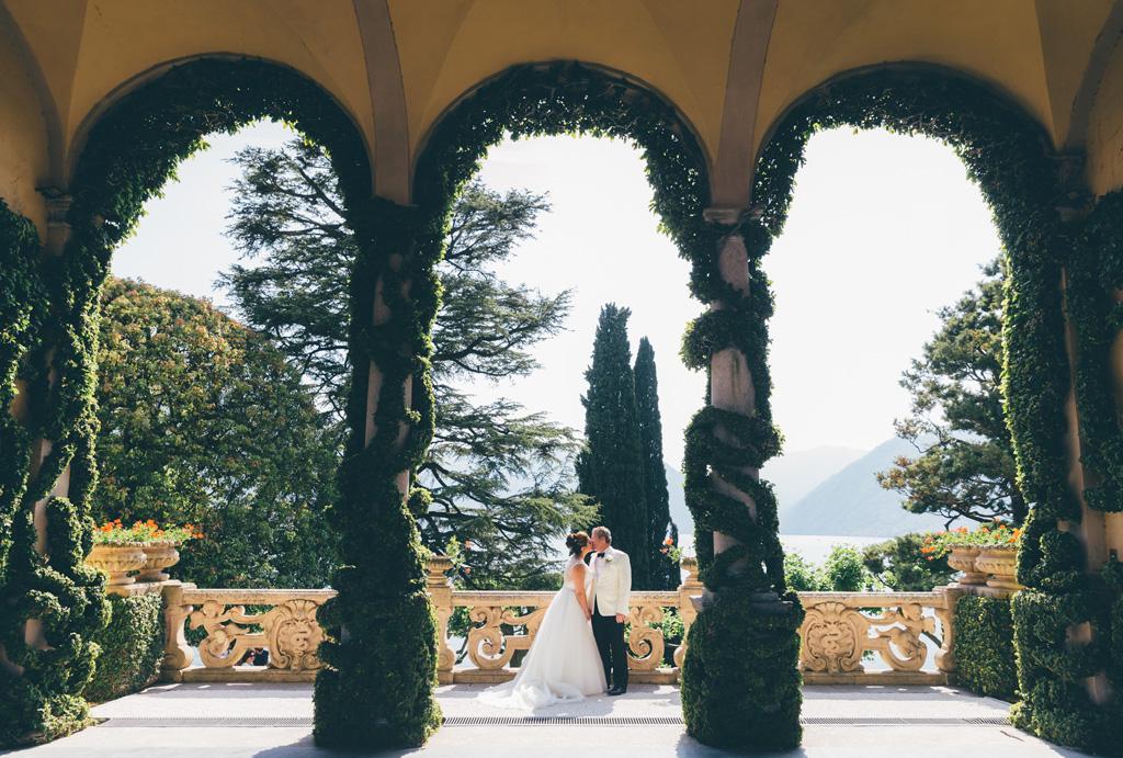 I due sposi si baciano sullo scenario di Villa del Balbaniello
