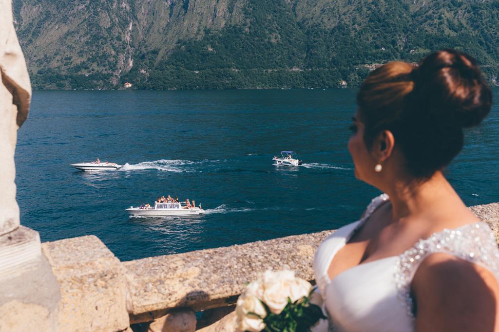 La sposa osserva le barche sul Lago di Como