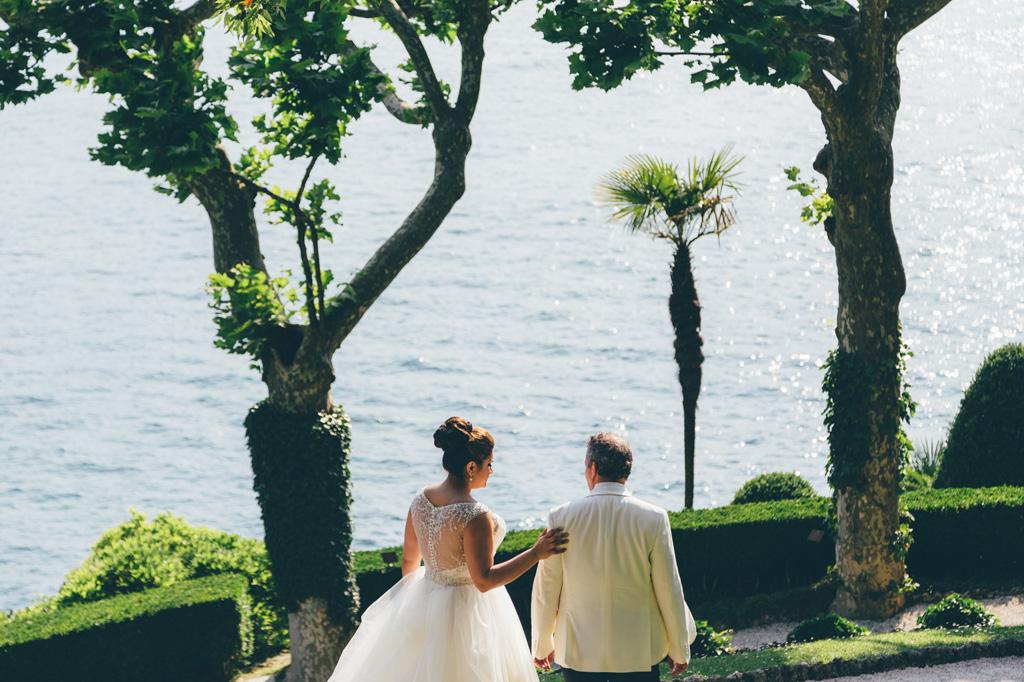 Gli sposi, William e Tara, passeggiano per il giardino di Villa Balbaniello