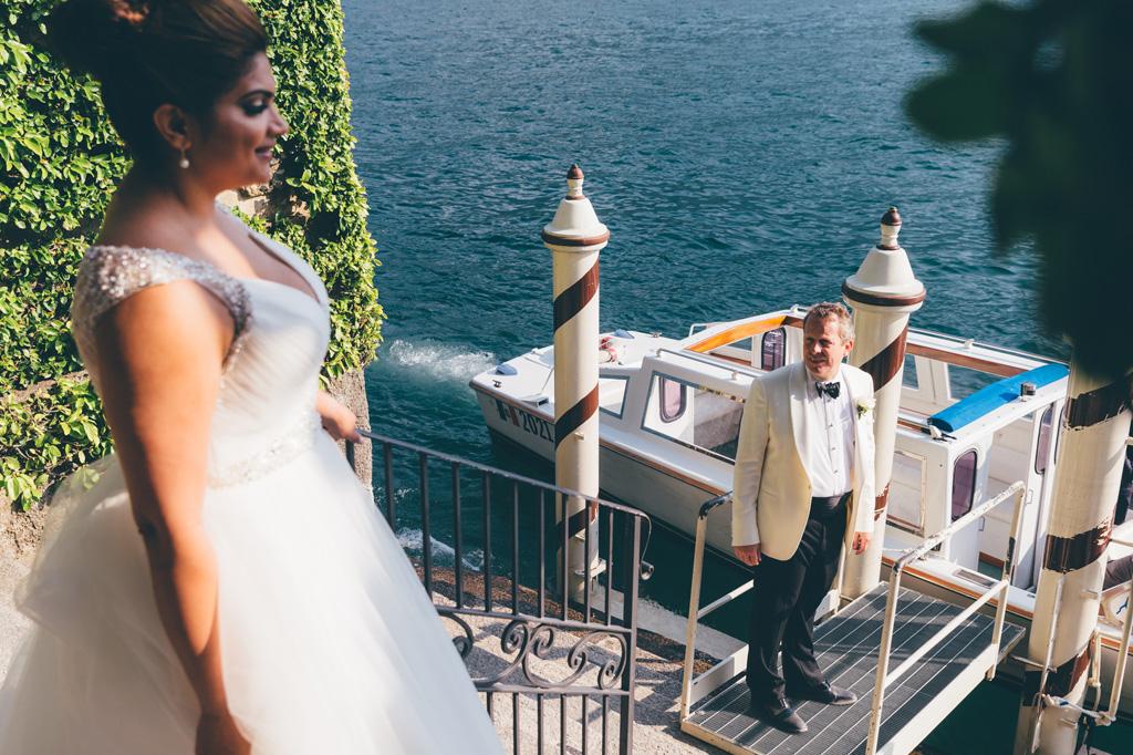 Gli sposi si preparano a ripartire in barca