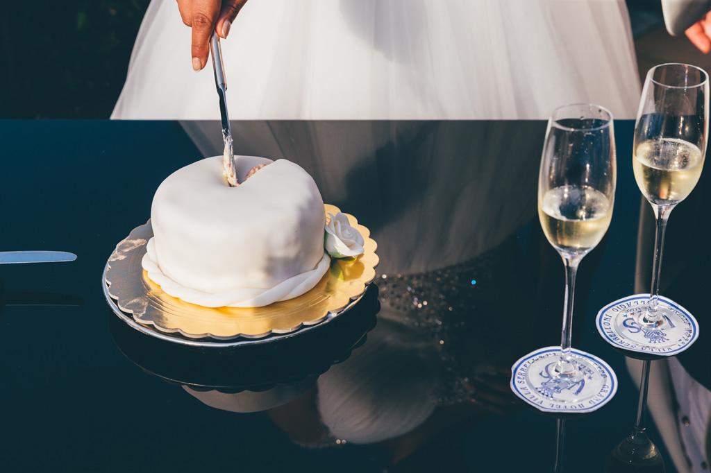 La sposa taglia la torta
