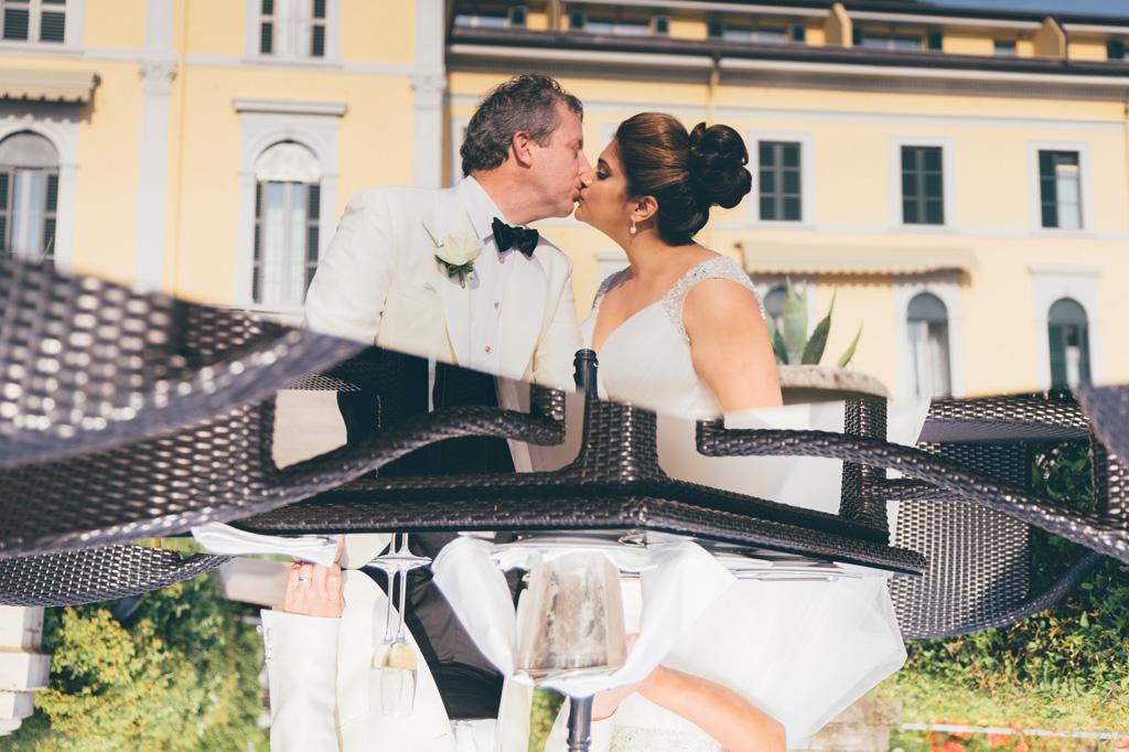 William e Tara si baciano durante il ricevimento immortalati dal fotografo Alessandro Della Savia