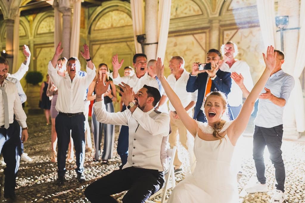 Gli sposi, Andrea e Sarah, festeggiano con i loro amici a Villa Gaia Gandini