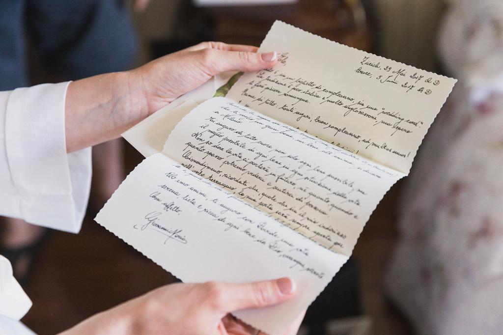 La sposa legge una lettera speciale