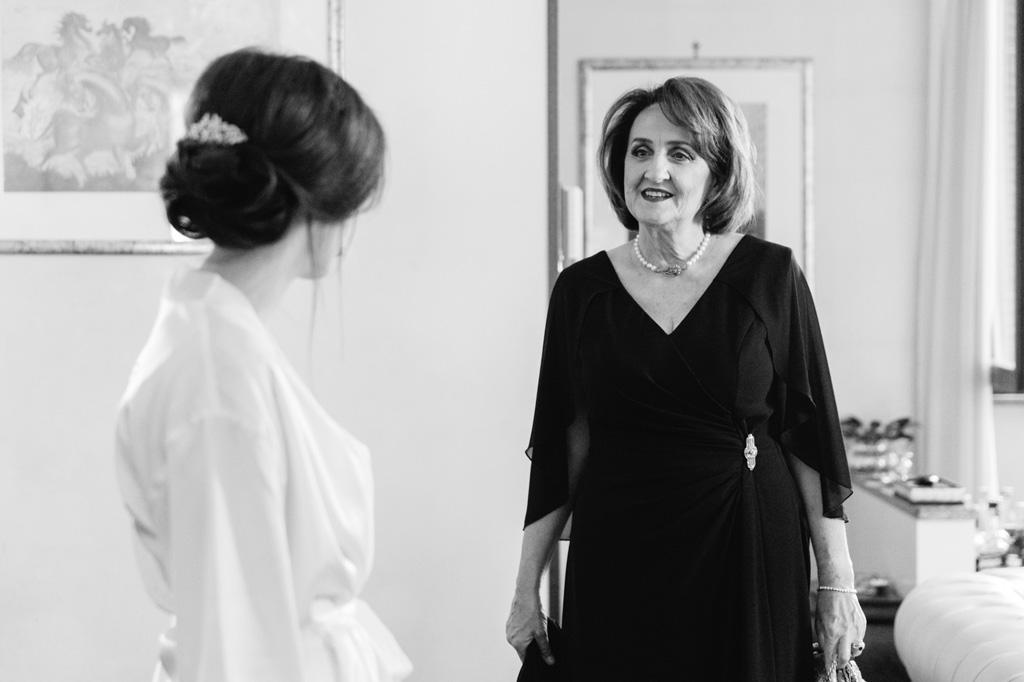 La madre sorride affettuosamente alla sposa