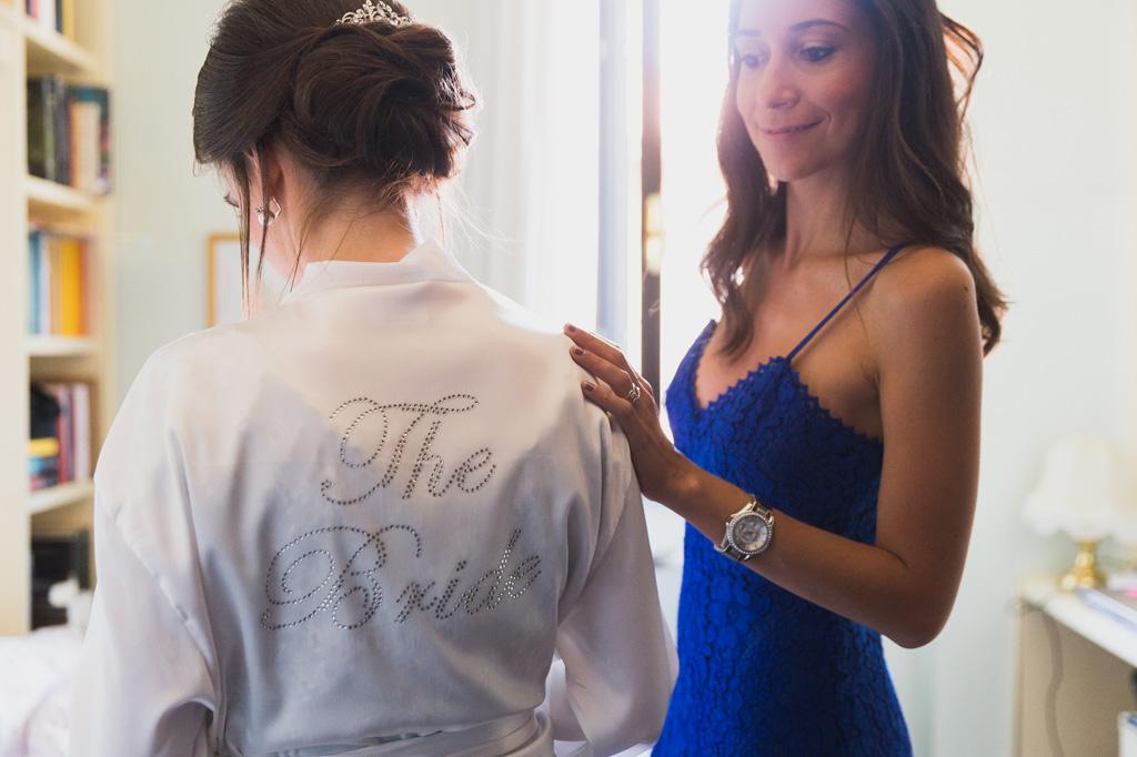 La sposa è in preparazione per la cerimonia