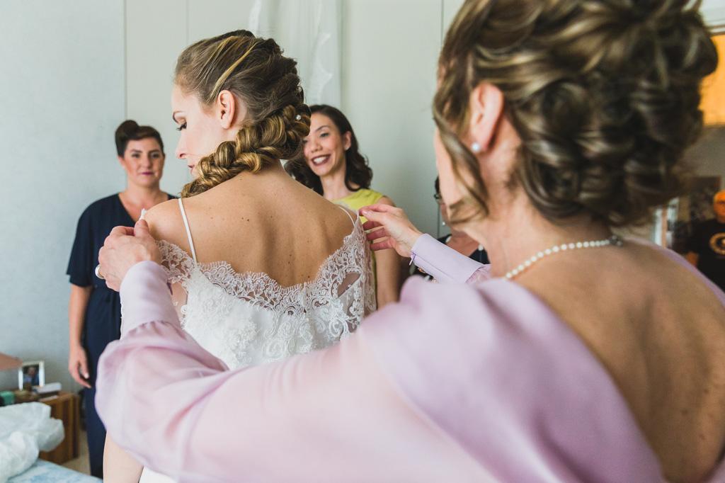 La sposa sta indossando il vestito della cerimonia