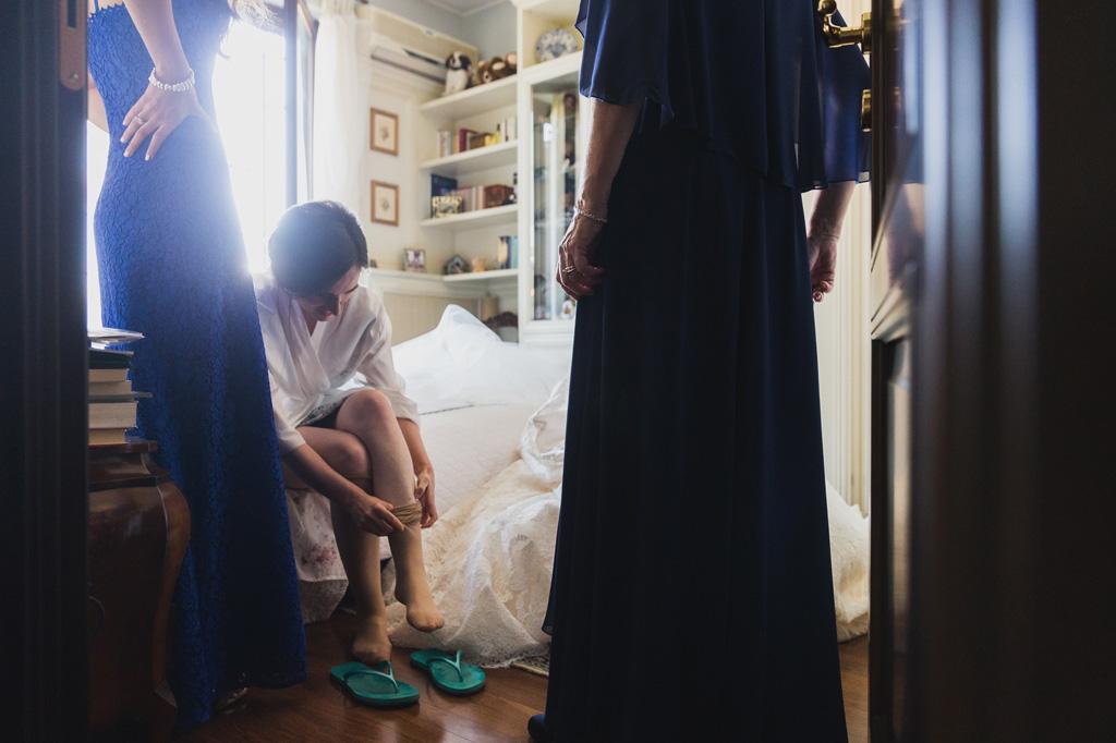 Le damigelle osservano la sposa prepararsi per la cerimonia
