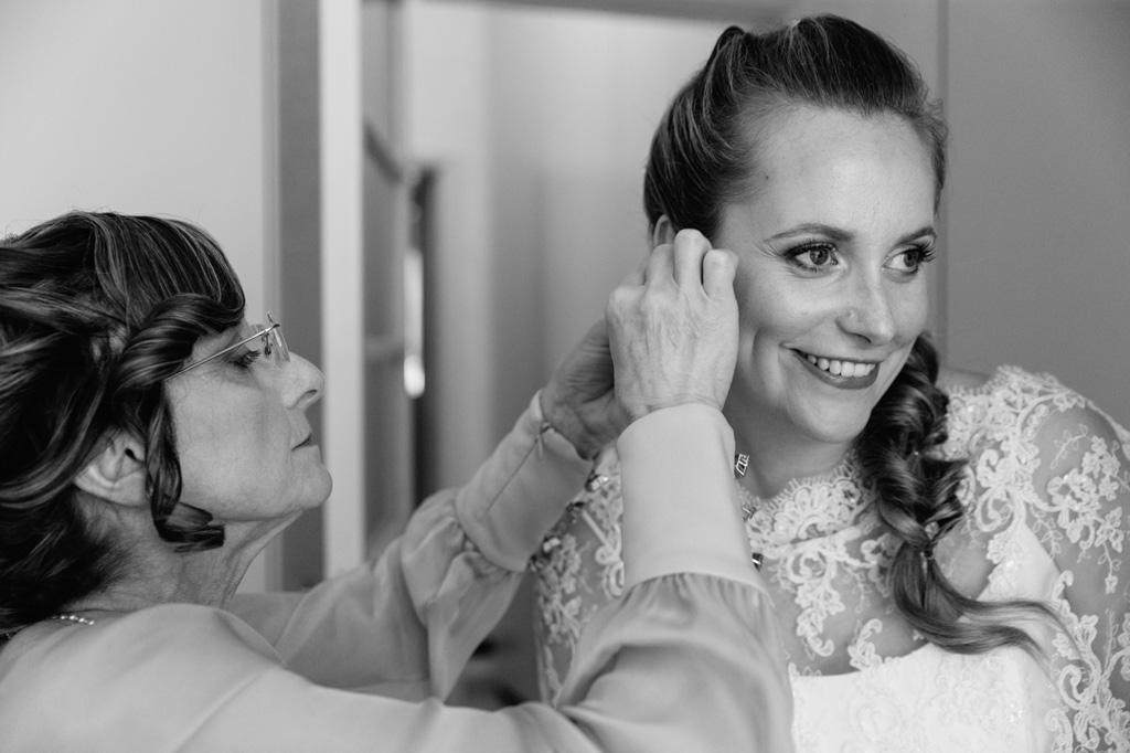 La madre adorna Sarah per la cerimonia