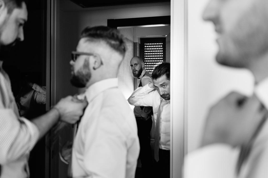 Gli amici dello sposo si preparano per la cerimonia