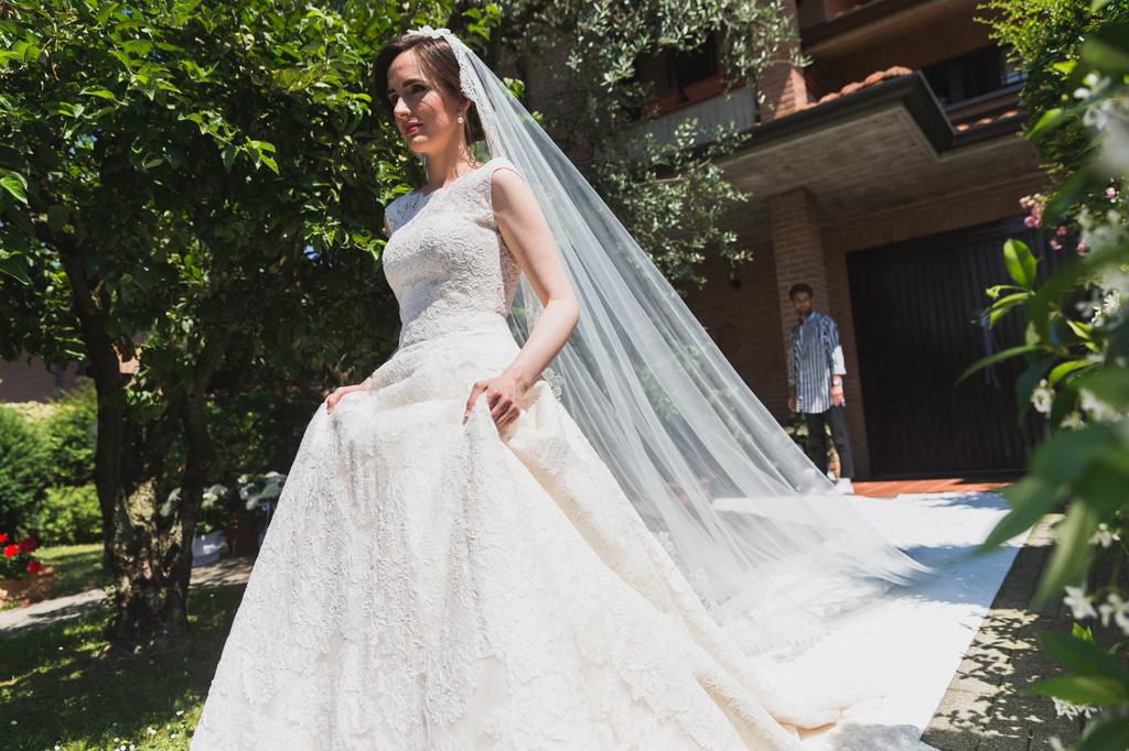 La sposa si dirige verso la macchina con il suo splendido vestito