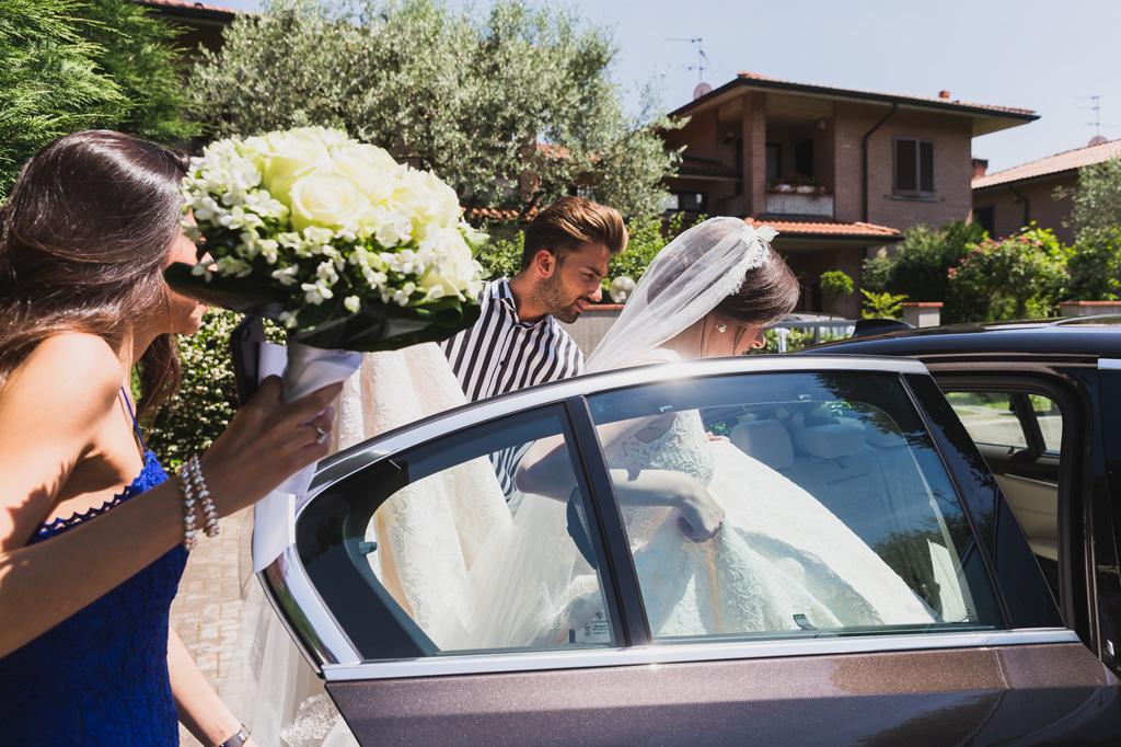 La sposa entra in macchina