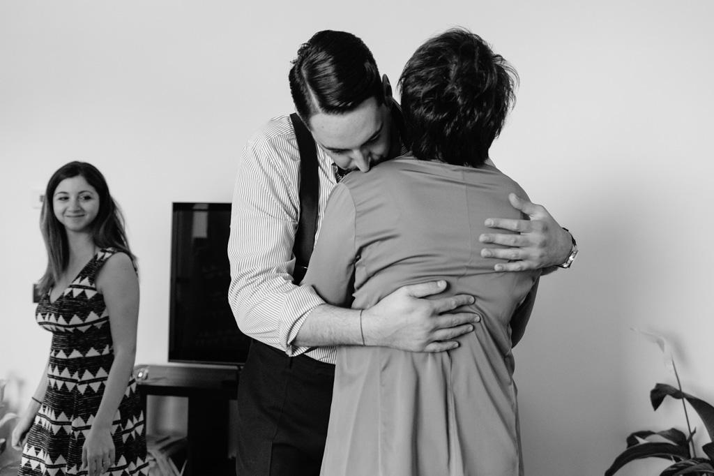 Lo sposo abbraccia affettuosamente la madre